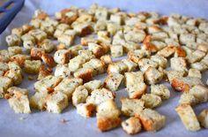 Maak zelf je eigen knoflook croutons met dit heerlijke recept. Binnen 20 minuten zijn ze klaar. Lekker voor in de soep of in salades. Bread Baking, Cereal, Snacks, Breakfast, Food, Salads, Baking, Morning Coffee, Appetizers