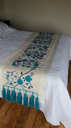 Embroidered bedspreads – Home Decorating – broderie à la main Hand Embroidery Designs, Embroidery Stitches, Embroidery Patterns, Machine Embroidery, Designer Bed Sheets, Embroidered Bedding, Mexican Embroidery, Bed Runner, Bed Covers