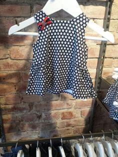 Gullig klänning till de minsta.   Finns hos Tiny Trends i Göteborg