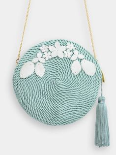 This straw bag is my favored beach bag at this time. The bags come in assorted colours. Diy Fashion, Fashion Bags, My Bags, Purses And Bags, Madrid, Round Bag, Basket Bag, Crochet Purses, Womens Purses