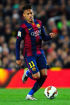 Neymar of FC Barcelona runs with the ball during the La Liga match Between FC Barcelona and Real Madrid CF at Camp Nou on March 22, 2015 in Barcelona, Catalonia.