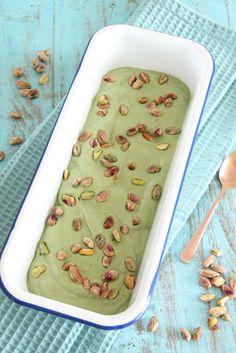 Wauw! Wat een uitvinding, vegan pistache ijs! Heerlijk romig, een volle pistachesmaak en een diepgroene kleur. En dat zonder het gebruik van zuivel, geraffineerde suiker en/of synthetische kleursto…