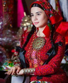Yörükler  Yörük, göçebe yaşam tarzını seçmiş Türkmenlerdir. Anadolu'da yaylak-kışlak hayatı yaşayan Türkmen aşiretleri (obaları) için de kullanılır.Türkçe'deki yürümek kelimesinden türetilmiştir.  Anadolu halkının çok önemli nüfus çoğunluğunu oluştururlar. Balkanlar'daki Türkler arasında da yüksek miktarda Yörük bulunmaktadır. Rumeli Yörükleri: Kocacık Yörükleri, Naldöken Yörükleri, Vize Yörükleri vb gruplara ayrılmaktadır. Bugün Bulgaristan, Yunanistan ve Makedonya'nın dağ köylerinde de…