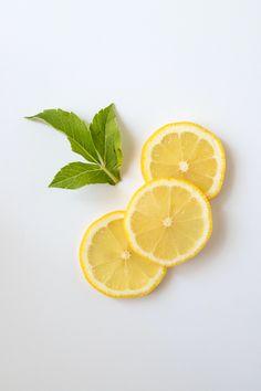 Si bien la pulpa es importante para disfrutar de la serie de los beneficios del limón, también es posible usar la cáscara de limón para otros fines.