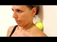 Heb jij af en toe last van je nek? Met deze methode ben je er binnen 6 minuten vanaf en het enige wat je nodig hebt is een tennisbal! - Zelfmaak ideetjes