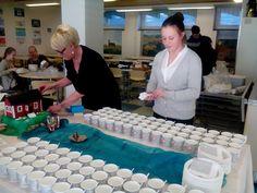 Yläasteella oli suuri norppailta. Yhteistyöllä se sujuu. Opet ja oppilaat kahvitarjoilua yhdessä laittamassa. Yhdessä tekeminen tarvitsee tilansa. Tässä se on yhteinen ruokasali.