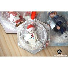 Bola Lego Navidad, Lego , lego diy, figuras lego, decoracion lego, regalos con lego ... Snow Globes, Christmas Bulbs, Diy, Holiday Decor, Home Decor, Lego Christmas, Christmas Balls, Presents, Events