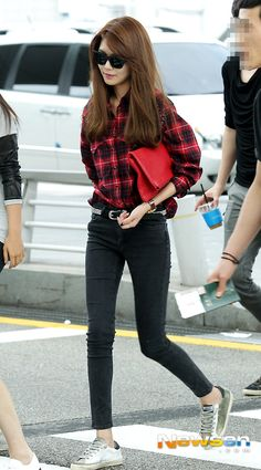 SNSD Sooyoung. Red plaid button up shirt. Black skinny jeans. Sneakers. Airport fashion.