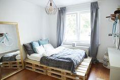 WG-Zimmer mit selfmade Bett und großem Standspiegel.  WG-Zimmer in Hamburg.  #Hamburg #Eimsbüttel #blue