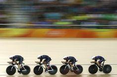 В Великобритании Кэти Арчибальд, Элинор Баркер, Rowsell-Шанд Джоанна и Лаура Тротт соревноваться в командной гонке преследования квалификация женщин.