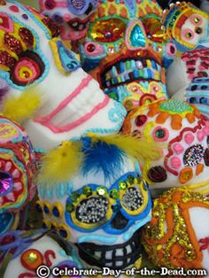 How to make sugar skulls - dios de la muertos activity! Sugar Skull Molds, Sugar Skulls, Arts Ed, Mexican Folk Art, Simple Art, Native American Art, Gourd, Skull Art, Holidays And Events