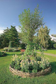 V přírodním duchu. Obruba spletená z vrbových prutů vymezuje hranice živému vigvamu obkrouženého kvetoucími letničkami.