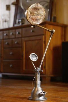 lampe de chevet cr e avec un ancien phare de voiture pour notre minion n 1 peinte en noir. Black Bedroom Furniture Sets. Home Design Ideas
