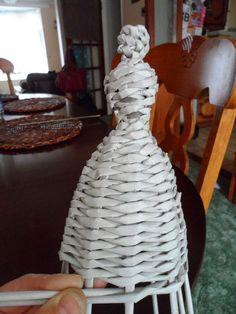 How to make paper wicker doll with a hat - simple tutorial. Jak zrobic lalke w kapeluszu z papierowej wikliny - prosty samouczek ; Newspaper Dress, Newspaper Basket, Newspaper Crafts, Paper Weaving, Weaving Art, Rolled Paper Art, Book Page Crafts, Yarn Dolls, African Dolls