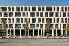 Zentrumsüberbauung Uznach Frontalansicht Fassade mit Betonelementen und durchlaufenden Balkonen Multi Story Building, Outdoor Structures, Home Architect, Architecture