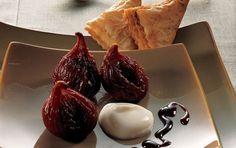 Rødvinskogte figner med yoghurtcreme Rødvinskogte figner med yoghurtcreme er en opskrift på en lækker og velsmagende desser! Glæd dig!