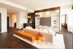 La pièce principale de cet appartement moderne meublée de façon sobre et tendance