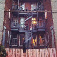 Les escaliers en spirale courants à Montréal sont souvent notés comme une curiosité architecturale propre à la ville. / Montreal's spiral staircases are often recognized as a unique architectural trait.
