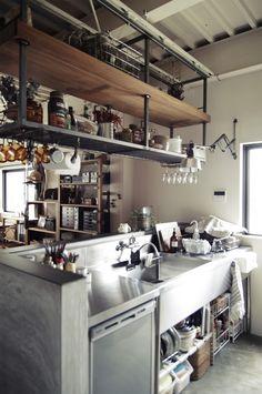 レストランなどの厨房で使用されている業務用キッチンを一般家庭に取り入れる人が増えています。無駄のないデザインはシンプルなかっこよさがあり、とても機能的。実際に…