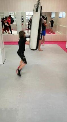 Boxen in Düsseldorf hält den Körper fit. Der Boxsport kräftigt die Muskeln, fördert die Ausdauer und die motorischen Fähigkeiten. Gleichzeitig nimmt er Einfluss auf den Geist, verbessert die Konzentration und stärkt das Gedächtnis. Eine weitere positive Wirkung des Sports ist erst in den letzten Jahren gewürdigt worden. Sportliche Betätigung wirkt sich regulierend auf das Sozialverhalten aus. #kickboxing #boxing #boxen #sport Kick Boxing For Beginners, Kick Boxing Girl, Yoga Fitness, Health Fitness, Diet Plans For Women, Girl Inspiration, Boxing Workout, Yoga Tips, Kickboxing
