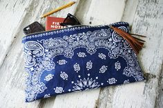 Bandana Clutch by TheFamilyTradingCo on Etsy Fabric Crafts, Sewing Crafts, Sewing Projects, Bandana Quilt, Bandana Crafts, Costura Diy, Diy Clutch, Diy Bags Purses, Gland