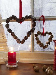 decoration de noel pour fenetre aux deux coeurs de taille diverse en pommes de pin