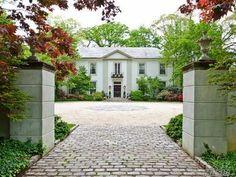 Rinaldi mansion on Long Island. (Chapter 9)
