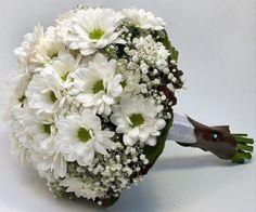 Las flores son un elemento esencial el día de tu boda. Desde el mismo día de la Pedida de mano, sea más o menos formal, en la que el detalle más habitual que recibe la novia por parte de los invita…