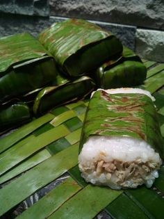 Lemper bakar isi ayam Indonesian Desserts, Indonesian Cuisine, Asian Desserts, Indonesian Recipes, Tamales, Easy To Cook Meals, Snacks Saludables, Traditional Cakes, Malaysian Food