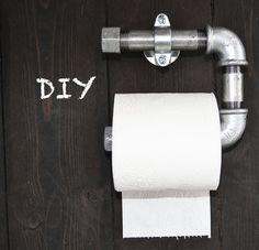Ofte ser man at toiletrulleholdere ligefrem kan være kedelige og uinteressante, så hvorfor ikke lave sin egen toiletrulleholder, der sparker røv for lige under 200 kr.!? Den er cool og rå – og så tager det kun under 5 min. at samle den. Eller hvad med en toiletrulleholder, som giver dig følelsen af et yndigt toiletbesøg i det fri? Vi har tænkt kreativt og kreeret 2 toiletrulleholdere, som med garanti vil...