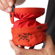 Der Aperture Chalkbag von Arcteryx hat einen innovativen Drehverschluss mit Druckknopf, damit das Chalk dort bleibt, wo es hingehört.