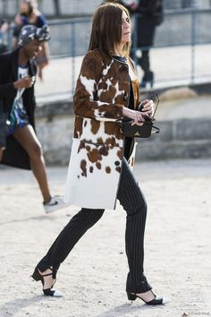 Carine Roitfeld in the most luxe-looking calf hair coat // Paris street style Star Fashion, Fashion Photo, Paris Fashion, Fashion Fashion, Street Fashion, Fashion Editor, Fashion Stylist, Dedicated Follower Of Fashion, Carine Roitfeld