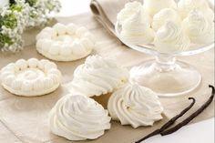 La meringa alla francese è fatta con albume montato a neve ferma e zucchero a velo, che dopo la cottura diventa leggero e friabile.