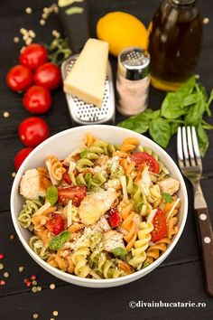 SALATA ITALIANA DE PASTE TRICOLORE CU PUI | Diva in bucatarie Healthy Eating Recipes, Healthy Meal Prep, Cooking Recipes, Empanadas, Good Food, Yummy Food, Spaghetti Recipes, Pasta Salad, Food Inspiration