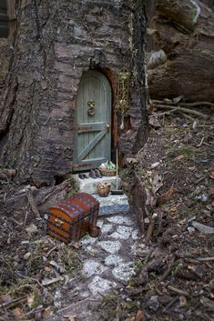 Fairy door in tree trunk - Feengarten - Garden Fairy Tree Houses, Fairy Garden Houses, Gnome Garden, Fairies Garden, Garden Whimsy, Garden Crafts, Garden Projects, Garden Art, Garden Ideas