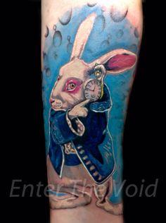 Alice in wonderland tattoo Cartoon Tattoos, Disney Tattoos, Alice In Wonderland Rabbit, Wonderland Tattoo, Colour Tattoo, Future Tattoos, Cool Tattoos, Tatoos, Tattoo Inspiration