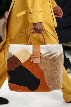 Tod's Fall 2018 Ready-to-Wear Collection - Vogue handbags leather Womens Fashion For Work, Diy Fashion, Fashion Bags, Ideias Fashion, Fashion Trends, Milan Fashion, Purses And Handbags, Leather Handbags, Leather Purses