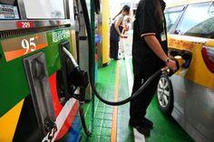 由於英國「脫歐/留歐」公投在即,市場擔憂引發金融動盪,加上加拿大因野火而關閉的油田恢復生產等因素影響,國際油價趨緩走跌。台塑化宣布20日凌晨1時起,汽油、柴油每公升分別調降0.5元,市場零售價格由加油站自行決定。調整後,台塑化零售參考價為92無鉛汽油每公升23.3元、95無鉛汽油24.8元、98無鉛汽油27.1元、超級柴油20.7元。台塑化董事長陳寶郎認為,加拿大森林大火、非洲奈及利亞油管遭武裝部隊破壞,與美國升息等因素均…