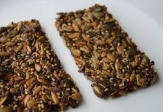 Deze koolhydraatarme crackers mogen niet ontbreken op een verrjaadagsfeestje. Maar je kan ze natuurlijk ook als tussendoortje nuttigen wanneer je maar wil.
