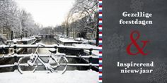 Zakelijke Hollandse kerstkaart met groet op krijtbord met een foto van een fiets op een brug in een van de grachten van Amsterdam. U kunt de foto vervangen door uw eigen foto.