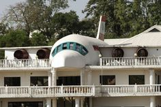 Airplane House in Nigeria was built to show their love for travelling Unusual Buildings, Interesting Buildings, Airplane House, Architecture 101, Unusual Homes, The Far Side, House Built, The Ordinary, Planer