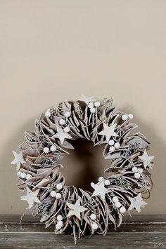 Grijze kerstkrans met sterren | Tips: http://www.jouwwoonidee.nl/kerstkrans-maken/
