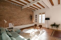 Neus Casanova redesigns a flat in Barcelona to give it a mini-loft character and a chic rustic style. Room, Living Dining Room, Mini Loft, Cozy House, Home Remodeling, European Home Decor, House Interior, Home Deco, Interior Design