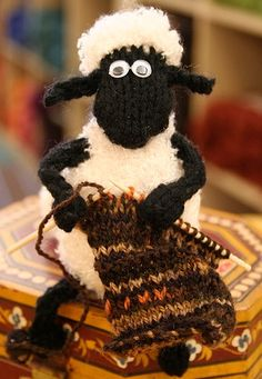 Baa Baa black sheep have you any wool?Shaun the Sheep Mobile by Alan Dart Knitting Humor, Knitting Projects, Knitting Patterns, Crochet Patterns, Crochet Amigurumi, Crochet Toys, Crochet Sheep, Sheep Mobile, Alan Dart