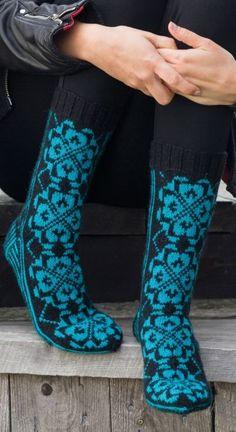 Vakre sokker med rosemønster - av Tusen Ideer Fair Isle Knitting, Knitting Socks, Knitting Designs, Knitting Patterns, Winter Socks, Slipper Boots, Leg Warmers, High Socks, Fingerless Gloves