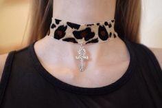 Gargantilla de terciopelo impresión de leopardo con Cruz Cruz bello encanto que brilla! Cadena ajustable en la espalda para ajustar cuello Órdenes de encargo disponibles