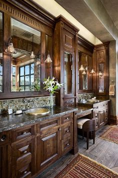 a bit too ornate, but with the right surroundings, in an old country house: a cosy, lovely bathroom. Woodwork.