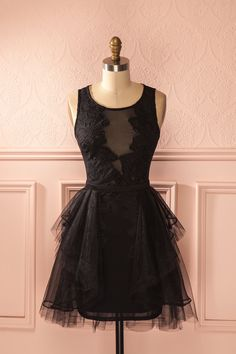 Une ténébreuse opulence valse au rythme de la nuit.  A dark opulence is waltzing to the rhythm of the night. Black low-cut lace and mesh tutu dress www.1861.ca
