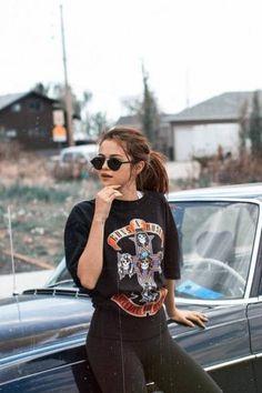 d049d569fbca6 Alerte mode   Les lunettes badass de Selena Gomez tout droit sorties des  nineties