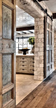 Style At Home, Interior Barn Doors, Antique Interior, Exterior Doors, Interior Stone Walls, Farmhouse Interior, Kitchen Interior, Farmhouse Style, Farmhouse Decor